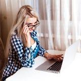 Photo carrée de jeune belle fille blonde heureuse en verres W Photo libre de droits