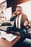 Photo chaude d'homme d'affaires arabe parlant du téléphone photos libres de droits
