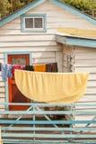 Photo colorée avec la maison en bois blanche et ligne de lavage plan rapproché sur l'île de Chiloe, Chili image libre de droits