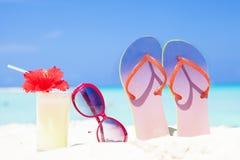 Photo colorée des bascules électroniques, cocktail de colada de pina avec la ketmie et lunettes de soleil roses près de la plage Photographie stock
