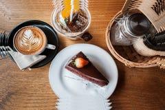 Photo composée de gâteau de chocolat, de cappucino, de thé de pêche et de Se Photographie stock