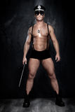 Photo conceptuelle de policier musculaire et beau au-dessus de t Photographie stock libre de droits