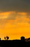 Photo conceptuelle du centre ville au coucher du soleil de lever de soleil avec Images stock