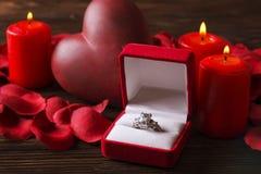 Photo conceptuelle du mariage ou de la bague de fiançailles avec des bougies dans la forme du coeur Jour du ` s de St Valentine Photos libres de droits