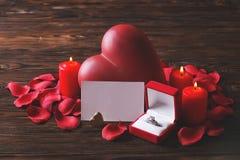 Photo conceptuelle du mariage ou de la bague de fiançailles avec des bougies dans la forme du coeur Jour du ` s de St Valentine Photos stock