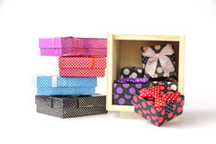 Photo courante : boîte-cadeau colorés au-dessus du fond blanc Photographie stock