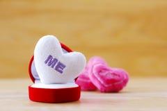 Photo courante : Coussin de la forme blanche de coeur Image stock