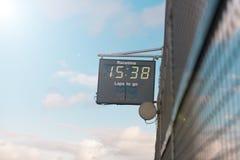Photo courante d'horloge de course à une voie de course Images stock