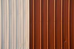 Photo courante d'un fond rouge et blanc ondulé en métal Photo libre de droits