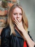 Photo courante d'une fille contre le mur bleu Photographie stock libre de droits