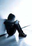 Photo courante d'une fille contre le mur bleu photos libres de droits