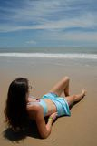 Photo courante de beau femme grand de brunette sur la plage dans Photographie stock libre de droits