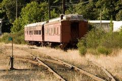 Photo courante de deux vieux véhicules de train rouges Images stock