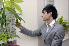 Photo courante de jeune homme d'affaires pensant aux questions vertes image libre de droits