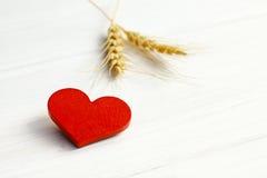 Photo courante : Deux coeurs en bois sur un fond en bois Photo stock