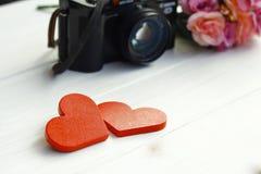 Photo courante : Deux coeurs en bois sur un fond en bois Images stock