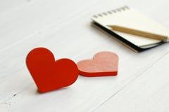 Photo courante : Deux coeurs en bois sur un fond en bois Image stock