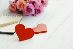Photo courante : Deux coeurs en bois sur un fond en bois Photos stock