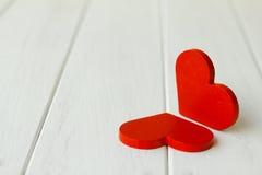 Photo courante : Deux coeurs en bois sur un fond en bois Images libres de droits