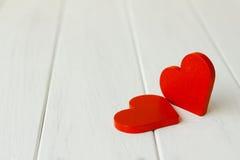 Photo courante : Deux coeurs en bois sur un fond en bois Photographie stock