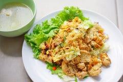 Photo courante - l'émoi a fait frire la nouille et le poulet plats avec la soupe Images stock