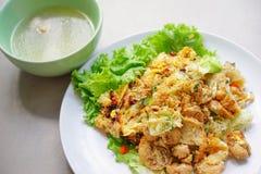 Photo courante - l'émoi a fait frire la nouille et le poulet plats avec la soupe Photos stock