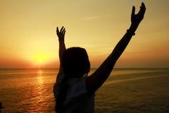 Photo courante - la silhouette de la femme se sentent gratuite avec la lumière du soleil Photographie stock libre de droits