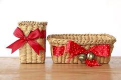 Photo courante : Paniers vides de cadeau sur le fond blanc Photo libre de droits