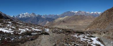 Photo courante - paysage sur le chemin du passage de La de Thorung au paysage de Muktinath sur le chemin du passage de La de Thor Images stock