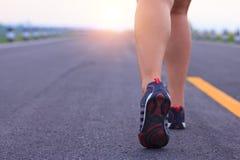 Photo courante - pieds courants de sport d'athlète sur lifest sain de traînée Image stock