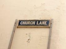 Photo courante - ruelle d'église de plaque de rue contre le mur blanc photographie stock libre de droits