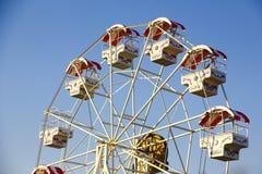 Photo courante : Vintage rétro Ferris Wheel sur le ciel bleu Photo stock