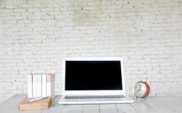 Photo courante : Vue de face d'ordinateur portable sur la table en bois dans le vieux bureau i Image libre de droits
