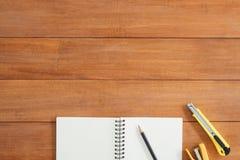 Photo créative de configuration d'appartement de bureau d'espace de travail Fond en bois de table de bureau avec la moquerie ouve Photos stock
