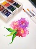 Photo créative de dessin d'art de composition en fleur d'aquarelle d'usine de peinture de palette de pinceau floral de brosse Photos stock