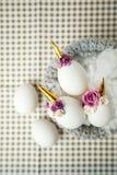 Photo créative mignonne avec les oeufs de pâques dans le nid, licorne avec le décor de fleur - idée créative pour la partie d'est photographie stock