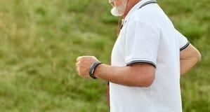 Photo cultivée de courir le vieil homme photo libre de droits