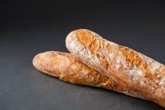 Photo cultivée de deux baguettes françaises Photographie stock