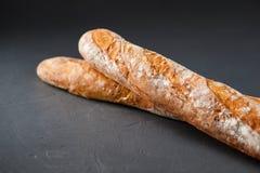 Photo cultivée de deux baguettes françaises Image stock