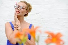 Photo cultivée de jeune femme blonde de pin-up stupéfaite Photographie stock libre de droits