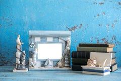 Photo décorative et articles marins sur le fond en bois Photo stock