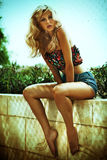 Photo d'été de femme blonde étonnante Image stock