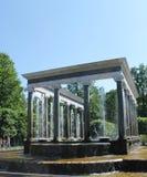 Photo d'été de Peterhof Belles fontaines en parc image stock