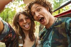 Photo d'amuser l'homme hippie et la femme de couples souriant, et prise images stock