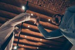 Photo d'angle faible de styliste donnant la haute cinq à son client d'ami Images stock
