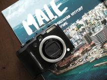 Photo d'appareil-photo au-dessus de livre de voyage, Maldives masculines photographie stock libre de droits