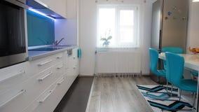 Photo d'appartement de taille moyenne de cuisine dans des couleurs de turquoise, de seater moderne et minimaliste en cuir, table  Photo libre de droits