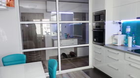Photo d'appartement de taille moyenne de cuisine dans des couleurs de turquoise, de seater moderne et minimaliste en cuir, table  Photos libres de droits
