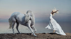 Photo d'art de la femme avec le cheval fort
