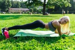 Photo d'athlète exécutant l'exercice sur la couverture Images stock